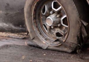 Xe ô tô bị nổ lốp